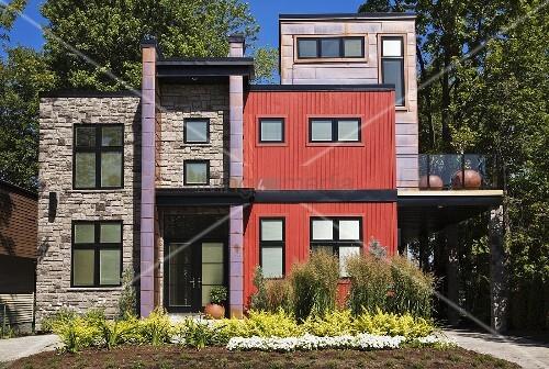 Modernes haus mit fronten in verschiedenen farben und for Modernes haus schweiz