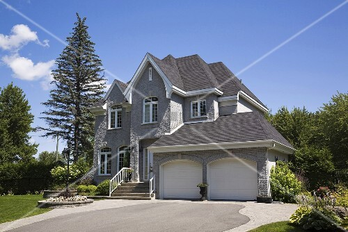 gediegenes einfamilienhaus mit doppelgarage und breiter garagenauffahrt bild kaufen living4media. Black Bedroom Furniture Sets. Home Design Ideas