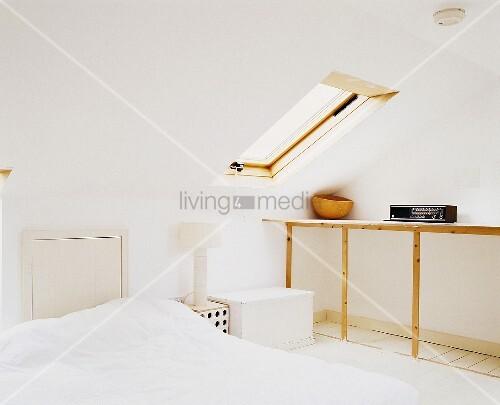 schlafzimmer unter der dachschr ge mit dachfenster bild kaufen living4media. Black Bedroom Furniture Sets. Home Design Ideas