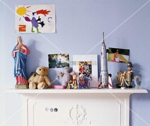 spielsachen auf einer kommode in einem kinderzimmer bild kaufen living4media. Black Bedroom Furniture Sets. Home Design Ideas