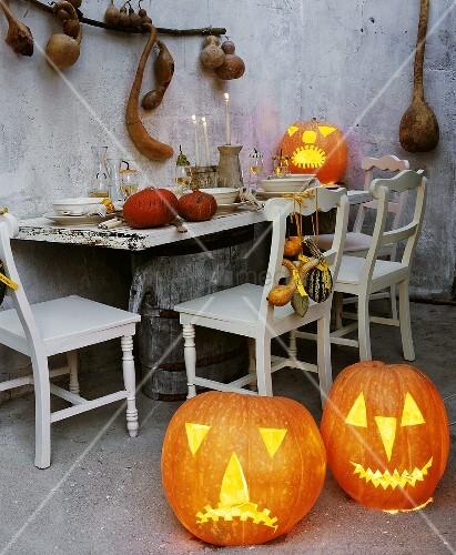 halloween k rbisse und rustikal gedeckter tisch bild kaufen living4media. Black Bedroom Furniture Sets. Home Design Ideas