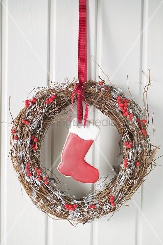weihnachtlicher t rkranz mit rotem stiefel bild kaufen. Black Bedroom Furniture Sets. Home Design Ideas