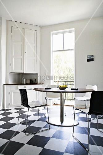 Schwedische Küche in Schwarz-weiß mit Boden im Schachbrettmuster ...