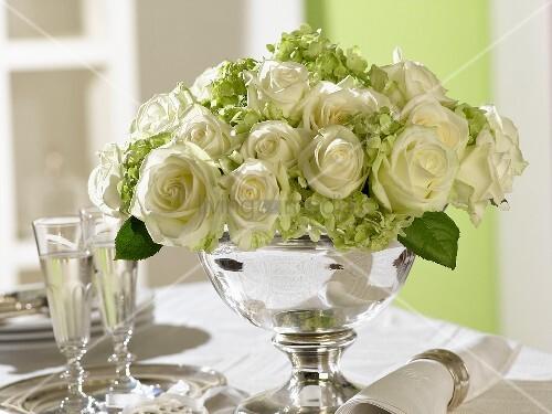 Rosen Und Hortensien In Einer Silberschale Bild Kaufen