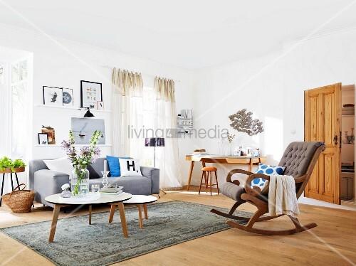 vorher nachher gestaltung dekorativ gestaltetes wohnzimmer mit sofa schaukelstuhl bild. Black Bedroom Furniture Sets. Home Design Ideas