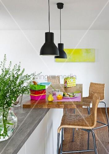 sitzecke mit sitzhockern h ngeleuchten an moderner. Black Bedroom Furniture Sets. Home Design Ideas