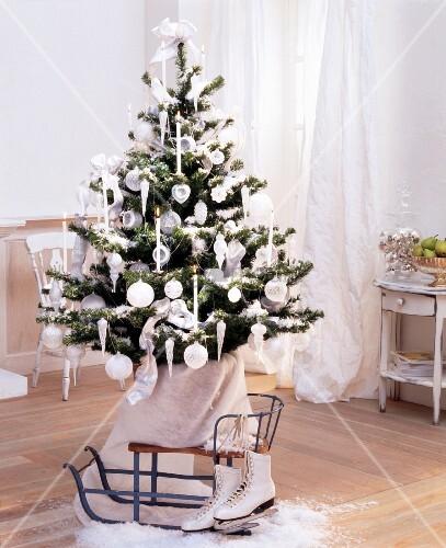 weihnachtsbaum mit wei en kugeln und kerzen dekoriert davor vintage schlitten und. Black Bedroom Furniture Sets. Home Design Ideas