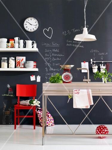 kreative k che wand als tafel mit notizen beschrieben bild kaufen living4media. Black Bedroom Furniture Sets. Home Design Ideas
