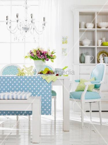 esszimmer in blau wei mit gepolsterten st hlen und holzbank im hintergrund geschirrschrank. Black Bedroom Furniture Sets. Home Design Ideas