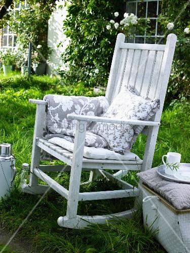 wei er schaukelstuhl mit kissen im garten bild kaufen living4media. Black Bedroom Furniture Sets. Home Design Ideas