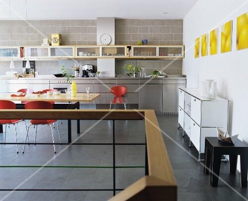 grossz gige moderne k che mit edelstahl k chezeile sowie wandregal und esstisch aus ahornholz. Black Bedroom Furniture Sets. Home Design Ideas