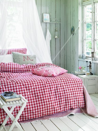 rot weiss karierte bettw sche im country look bild kaufen living4media. Black Bedroom Furniture Sets. Home Design Ideas