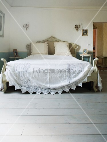 antikes doppelbett mit weisser tagesdecke in einem toskanischen landhaus bild kaufen. Black Bedroom Furniture Sets. Home Design Ideas