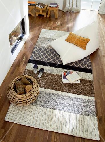 blick von oben in wohnzimmer mit teppich sitzsack vor kamin bild kaufen living4media. Black Bedroom Furniture Sets. Home Design Ideas