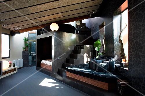 offener wohnraum mit sitzbereich am fenster und treppenaufgang neben einbau schlafbereich bild. Black Bedroom Furniture Sets. Home Design Ideas