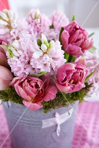 mooskranz mit strauss aus rosa hyazinthen und tulpen in einem zinkgef bild kaufen living4media. Black Bedroom Furniture Sets. Home Design Ideas