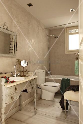 Vintage bad mit antikem schminkm bel als waschtisch f r das einbaubecken modernes wc im - Marmor spachteltechnik ...