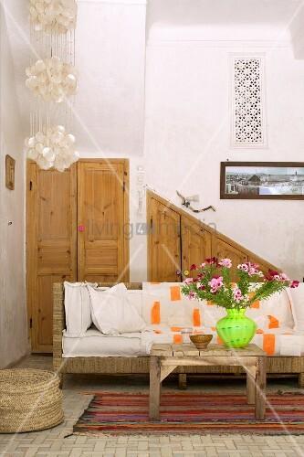 Rustikaler couchtisch vor sofa mit weissen sitzpolstern for Innendesigner wien
