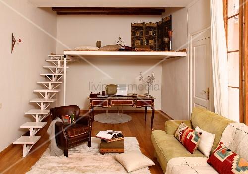 minimalistische treppe mit galerie im wohnzimmer und ledersessel im loungebereich vor sekret r. Black Bedroom Furniture Sets. Home Design Ideas