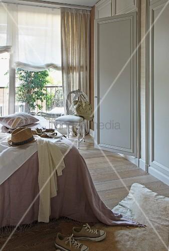 Kleidung Und Hut Auf Teilweise Sichtbarem Bett Und Rokoko Stuhl