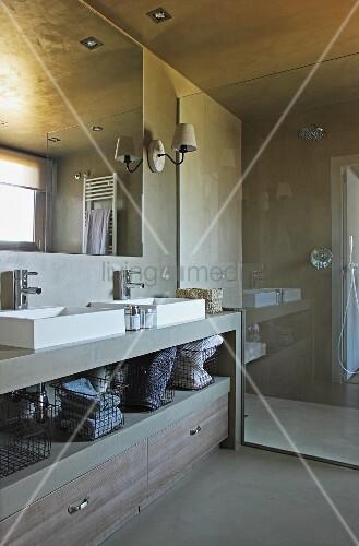 designerbad gemauerter waschtisch mit teilweise offenem regal und schubladen neben. Black Bedroom Furniture Sets. Home Design Ideas