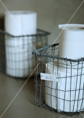 Toilettenpapier in vintage drahtkorb bild kaufen for Innendesigner schweiz