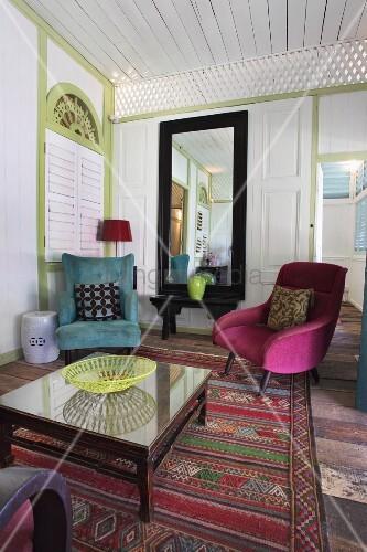Hotel loungebereich glastisch und farbige sessel auf for Farbige sessel