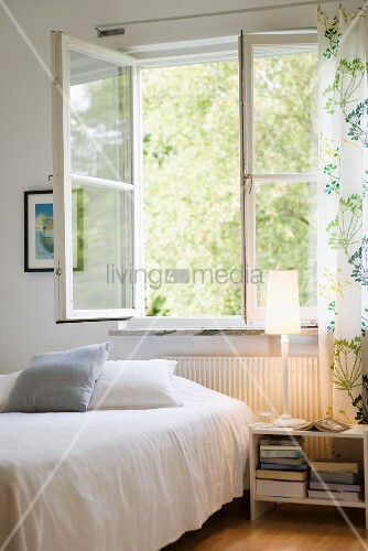 schlichtes schlafzimmer bett vor offenem fenster bild kaufen living4media. Black Bedroom Furniture Sets. Home Design Ideas