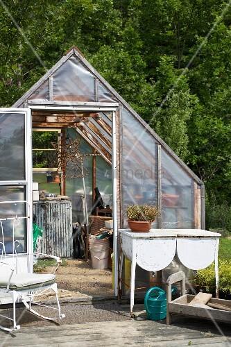 schlichtes gew chshaus und terrasse mit gartenm beln bild kaufen living4media. Black Bedroom Furniture Sets. Home Design Ideas