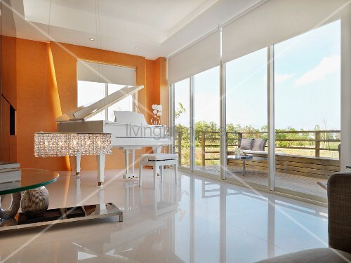weisser klavierfl gel vor gelb get nter wand in zeitgen ssischem wohnraum mit terrassent ren. Black Bedroom Furniture Sets. Home Design Ideas