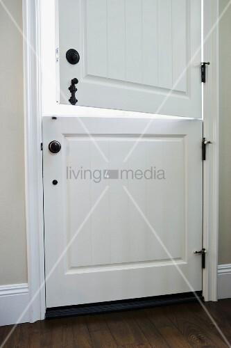 zweigeteilte haust r aus weiss lackiertem holz bild. Black Bedroom Furniture Sets. Home Design Ideas