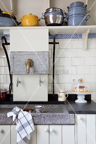 Landliche kuchenzeile mit spulbecken aus stein und weissem for Spülbecken stein