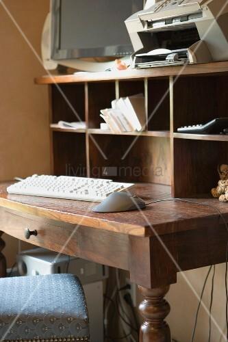 Ein schreibtisch aus holz mit computer bild kaufen for Computer schreibtisch holz