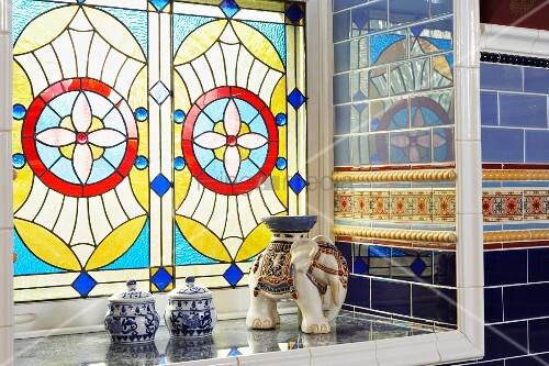 buntes bleiglasfenster in viktorianischem badezimmer mit spiegelnden wandfliesen bild kaufen. Black Bedroom Furniture Sets. Home Design Ideas
