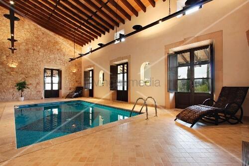 indoor pool in mediterranem landhaus mit natursteinwand. Black Bedroom Furniture Sets. Home Design Ideas