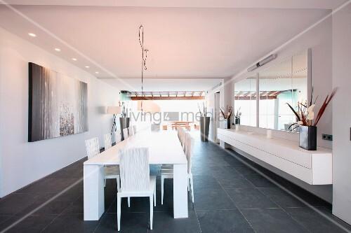 langer weisser tisch und hängesideboard im designer esszimmer