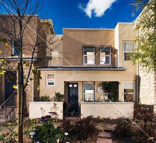 Modernes wohnhaus mit begr ntem innenhof bild kaufen for Modernes wohnhaus