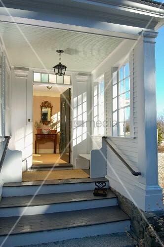 Geöffnete haustür  Blick über Zugangstreppen und die geöffnete Haustür in den ...