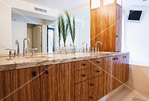 Bamboo cabinets in bathroom bild kaufen living4media for Bamboo kitchen cabinets australia