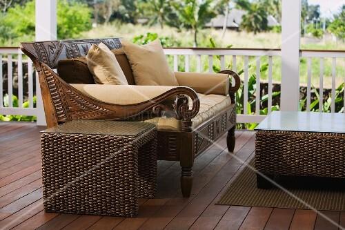 hand geschnitzte holzbank und beistelltisch auf einer. Black Bedroom Furniture Sets. Home Design Ideas