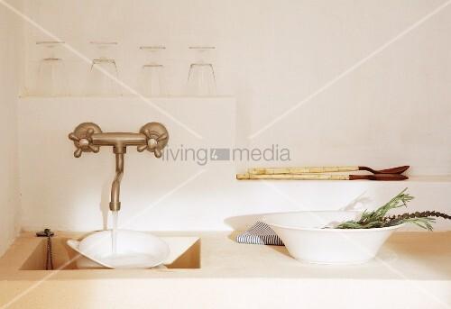 spülbecken aus stein in einer mediterranen küche – bild  ~ Spülbecken Stein