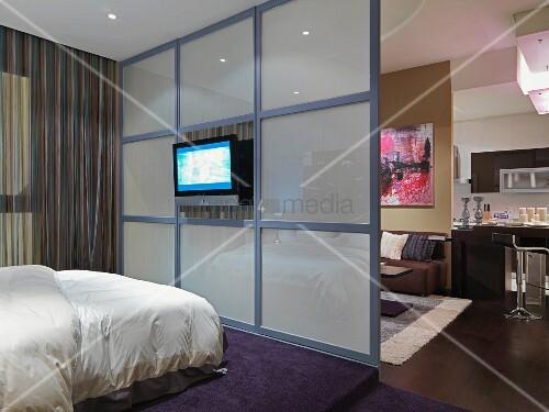 offener schlafbereich mit raumteiler aus glas und fernseher bild kaufen living4media. Black Bedroom Furniture Sets. Home Design Ideas