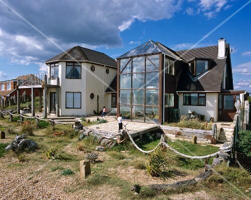Modernes wohnhaus mit mehrgeschossigem wintergarten und for Modernes wohnhaus