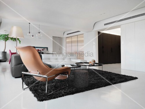 brauner designer sessel und schwarzer flokati im. Black Bedroom Furniture Sets. Home Design Ideas