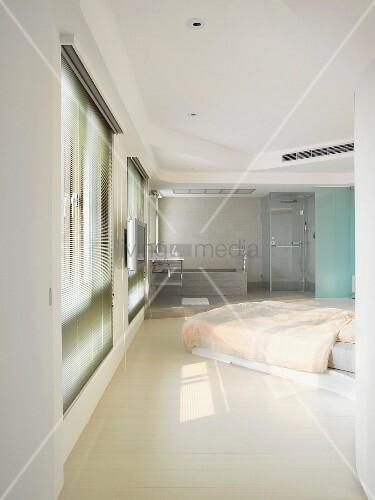 schlafzimmer mit offenem bad im zeitgenössischen stil – living4media, Hause ideen