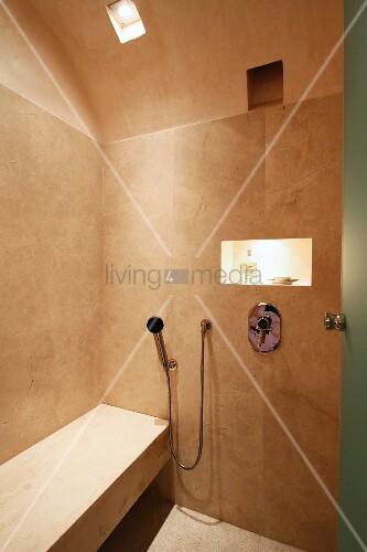 minimalistische dusche mit steinbank bild kaufen living4media. Black Bedroom Furniture Sets. Home Design Ideas