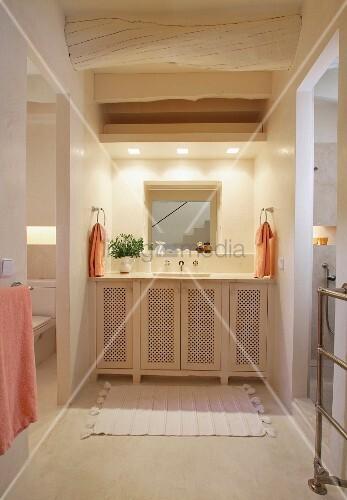 waschtisch mit unterschrank in nische und rustikale holzbalkendecke bild kaufen living4media. Black Bedroom Furniture Sets. Home Design Ideas