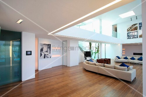 Hardwood floors in modern living room with catwalk bild for Catwalk flooring