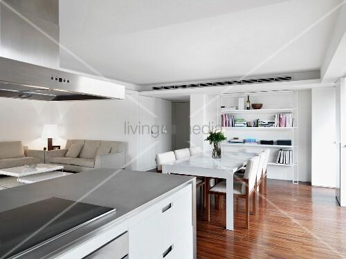 blick ber kochinsel auf essplatz und sofaecke im offenen modernen wohnraum bild kaufen. Black Bedroom Furniture Sets. Home Design Ideas