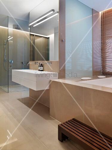 modernes designerbad mit marmorverkleideter wanne und. Black Bedroom Furniture Sets. Home Design Ideas